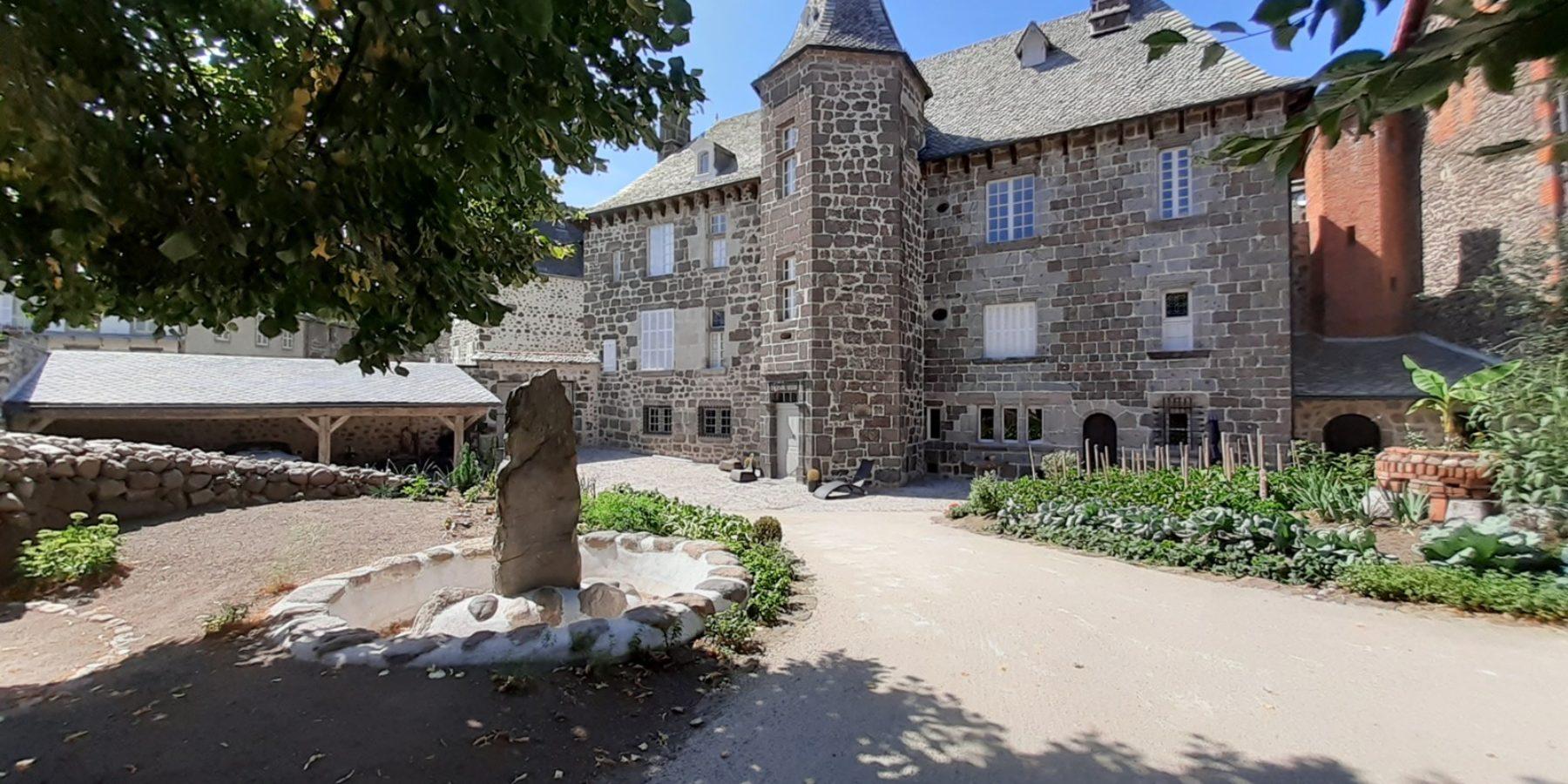 La Maison du Chevalier des Huttes (Auvergne, Cantal, France) à Vic sur Cère accueille désormais ses hôtes dans un parc - jardin original de 1000 m2. C'est aussi une habitation d'exception pour des hôtes recherchant le confort, une gastronomie saine et gourmande, et la qualité humaine de l'accueil.