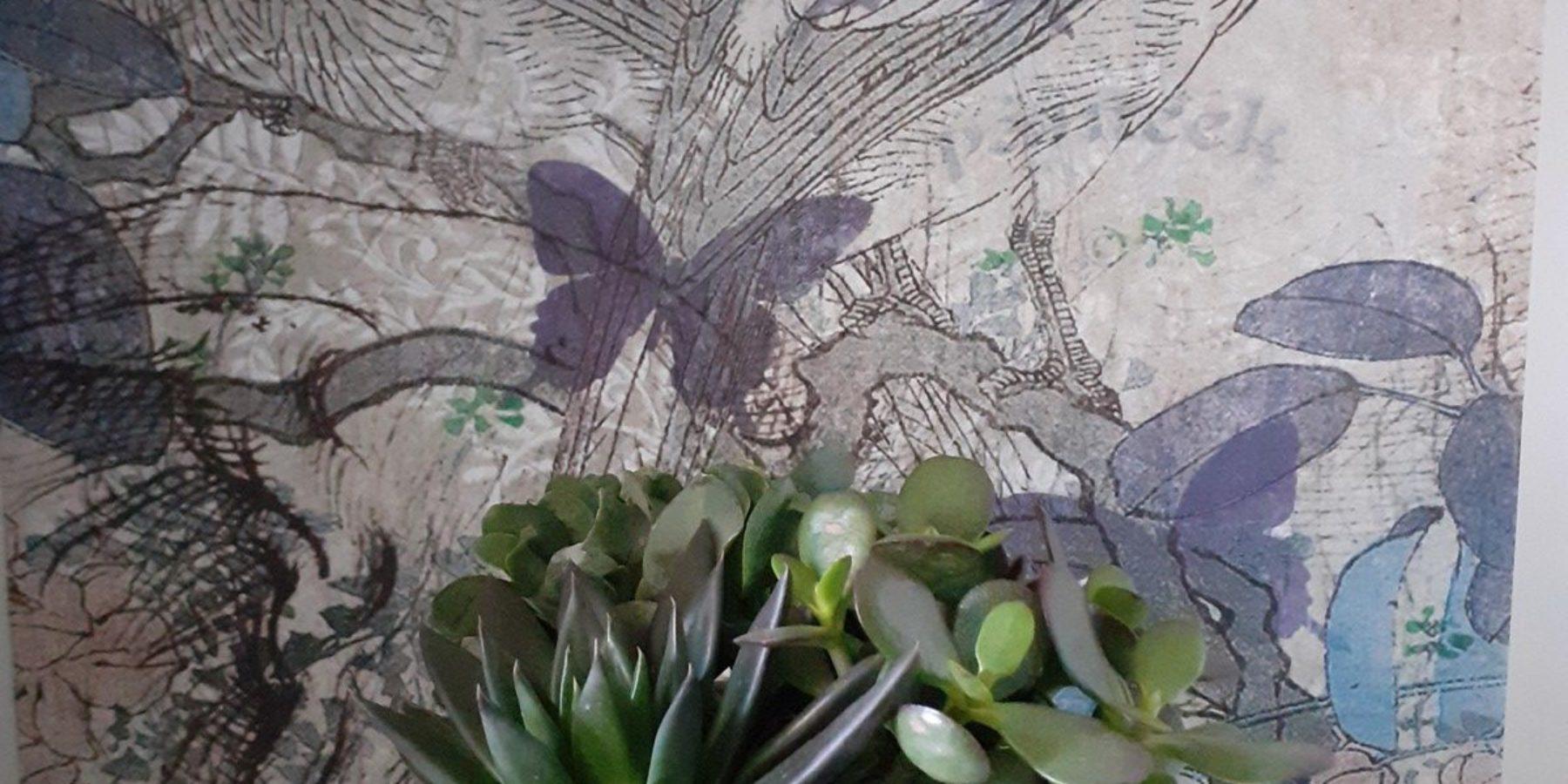 Les couleurs de la Chambre à l'Echauguette de la Maison du Chevalier des Huttes, chambres et table d'hôtes à Vic sur Cère (Auvergne, Cantal, France), ainsi que le foisonnement de plantes, lui confèrent un charme particulier.