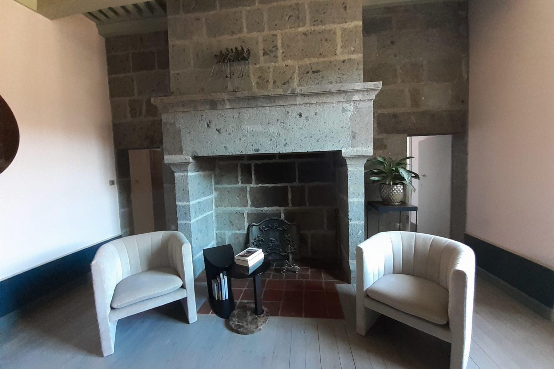 La suite Grande Cheminée de la Maison du Chevalier des Huttes, chambres et table d'hôtes à Vic sur Cère (Auvergne, Cantal, France) allie l'élégance au confort et à la fonctionnalité.