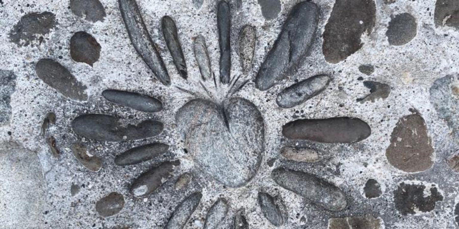 En arrivant à la Maison du Chevalier des Huttes à Vic sur Cère (Auvergne, Cantal, France), les hôtes sont accueillis avec cœur ; ce symbole est d'ailleurs représenté devant la porte d'entrée grâce aux talents des maçons clermontois ayant réalisé la calade de galets séparant la maison du jardin.