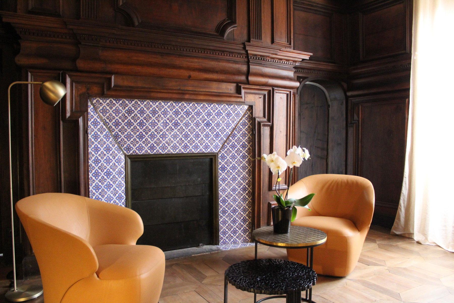 La Chambre du Seigneur est la chambre historique de la Maison du Chevalier des Huttes, chambres et table d'hôtes à Vic sur Cère (Auvergne, Cantal, France). Le bois ciré y est omniprésent et son papier peint d'époque lui donne un aspect aussi cosy qu'original.