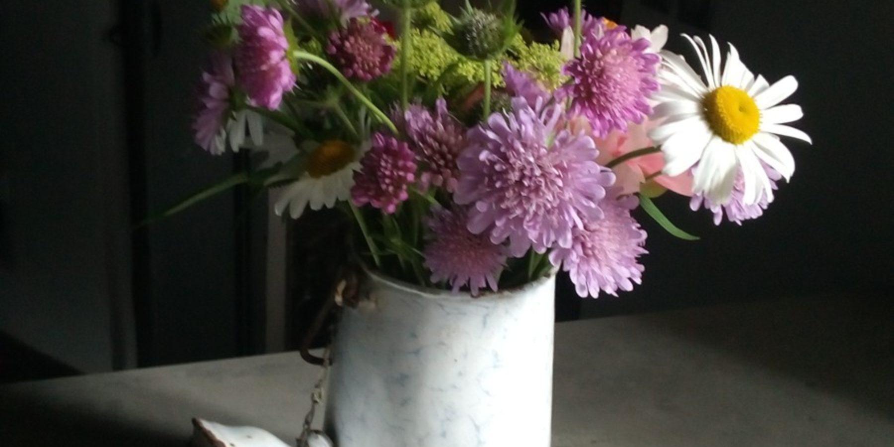 En saison, les bouquets de fleurs embellissent la cuisine, le salon ou les chambres de la Maison du Chevalier des Huttes, chambres et table d'hôtes à Vic sur Cère (Auvergne, Cantal, France).